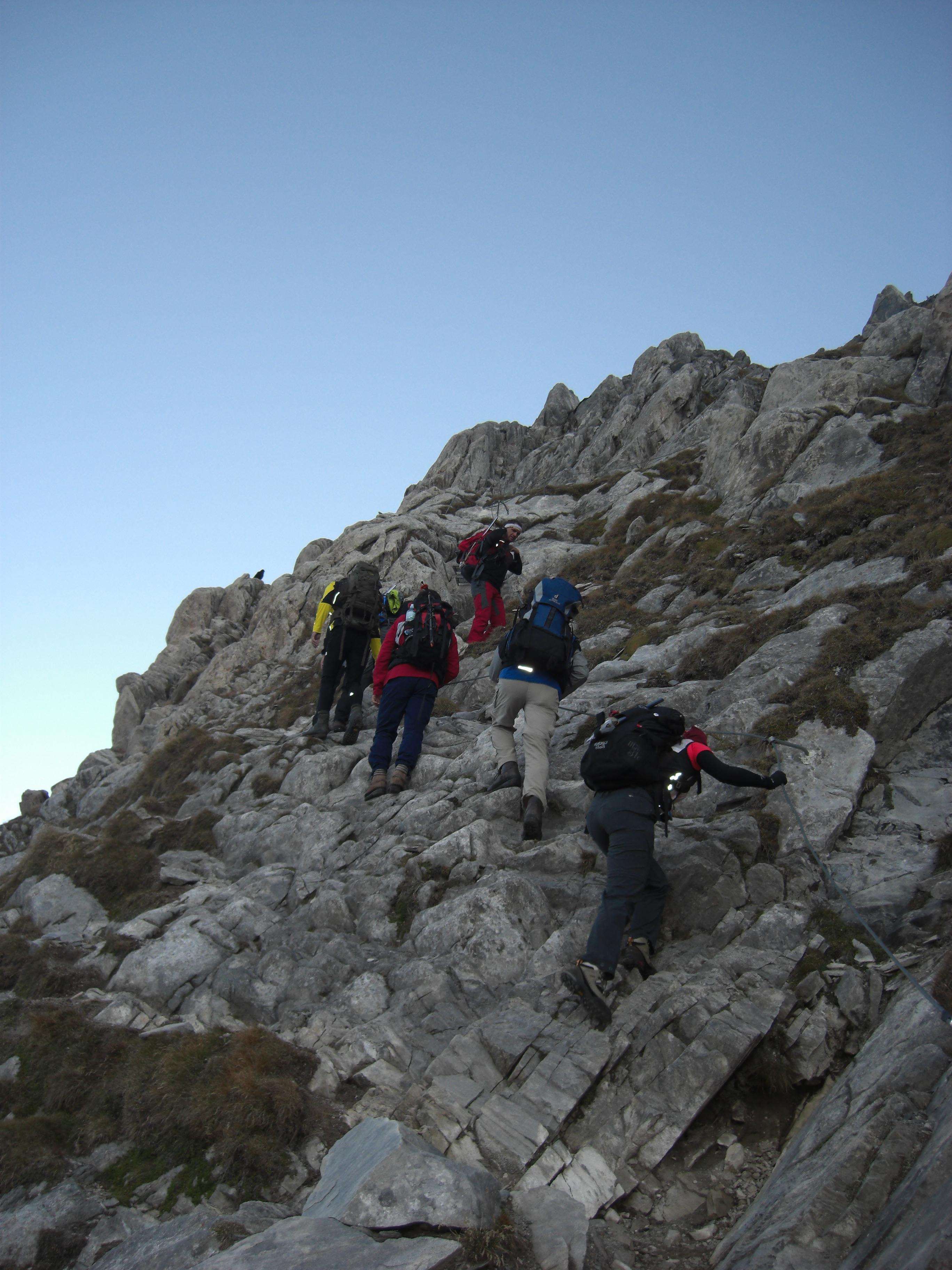 Am Weg zu den Seilsicherungen und einer kurzen Felsstufe